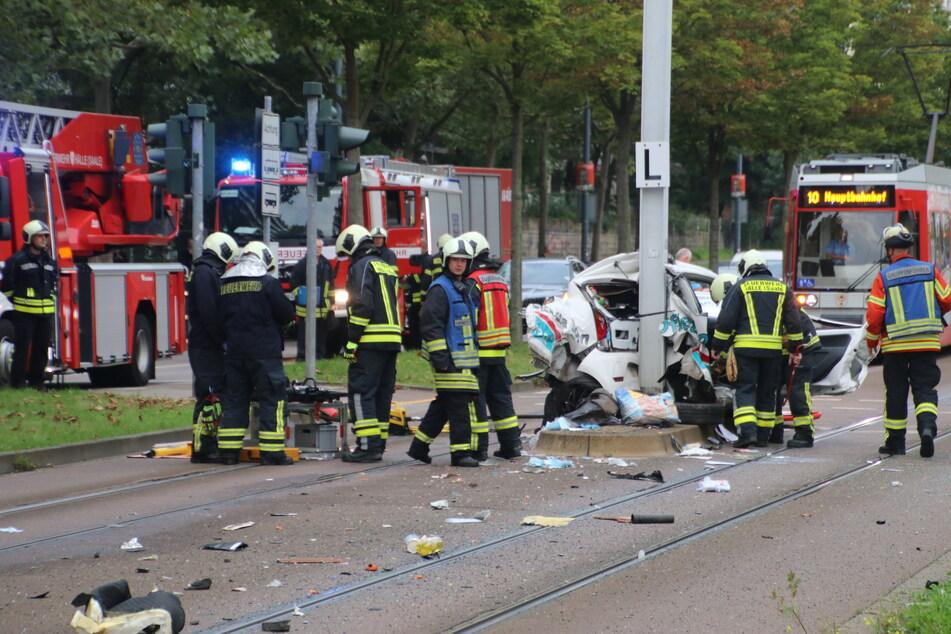 Das Fahrzeug wurde völlig zerstört, die Autofahrerin starb später an ihren schweren Verletzungen.