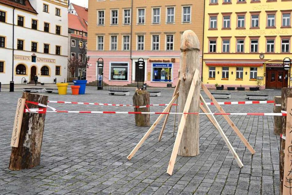 Am Donnerstag war es um Torgaus Kunstwerk geschehen. Der Spargel auf dem Marktplatz wurde abgebaut.