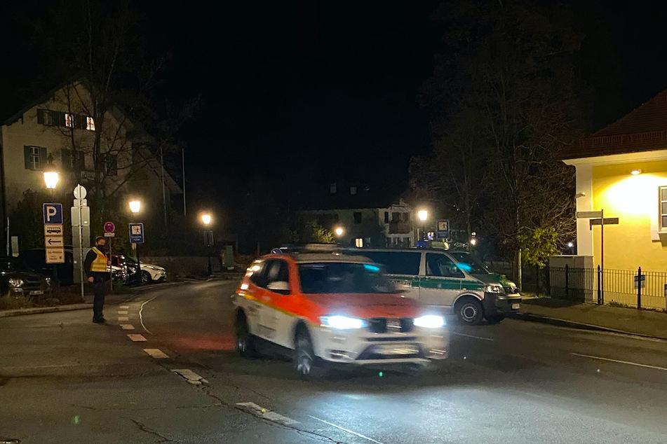 Ein Notarztfahrzeug und Polizeibeamte sind in Tegernsee im Einsatz.
