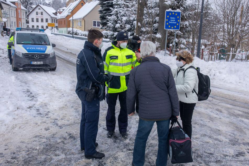 Die Bundespolizei kontrolliert an der deutsch-tschechischen Grenze am Grenzübergang in Bärenstein.