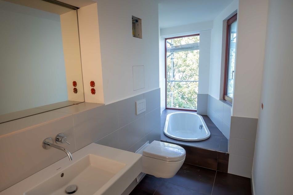So sieht das Bad der Luxuswohnung aus: Eine Podest-Toilette und eine elegante Badewanne mit Blick nach draußen.