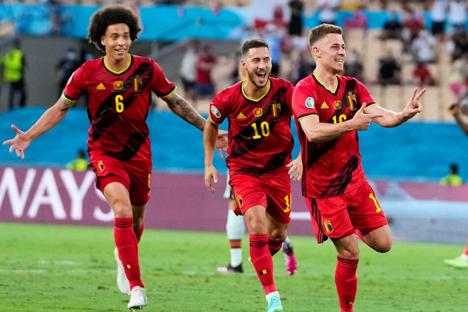 Zwei BVB-Stars jubeln: Thorgan Hazard (r.) und Axel Witsel (l.) freuen sich über das Führungstor, auch Thorgans Bruder Eden Hazard zählt zu den ersten Gratulanten.