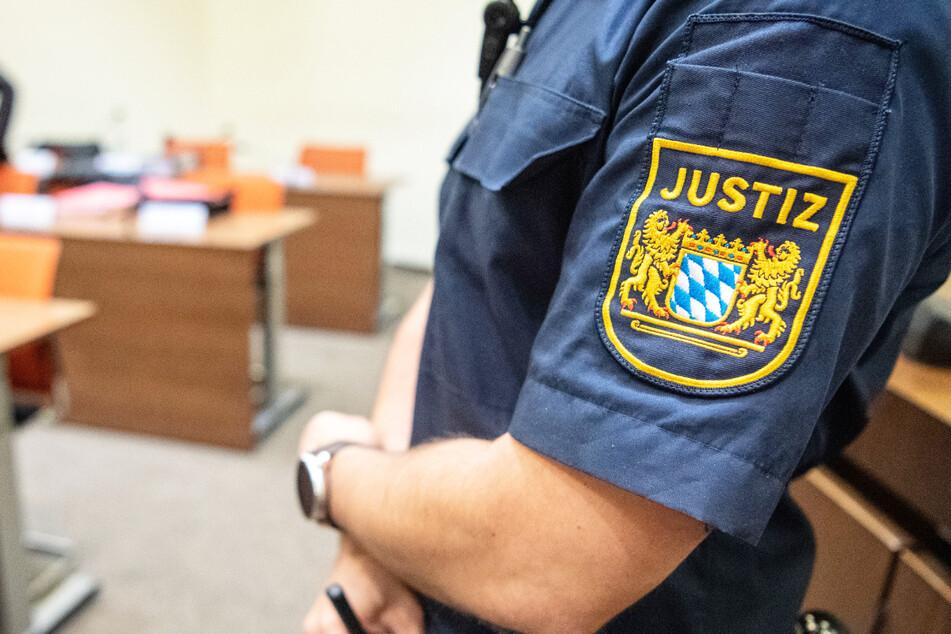 Ein Mann muss sich in Bayern vor dem Landgericht Passau verantworten. Die Staatsanwaltschaft wirft ihm versuchten Totschlag vor. (Symbolbild)