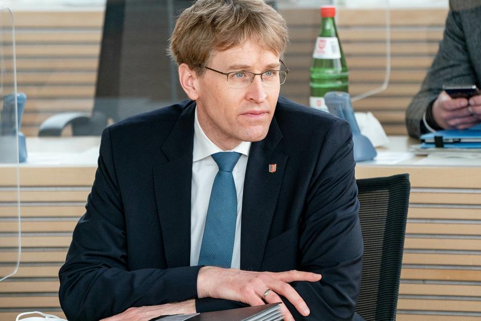 Daniel Günther (CDU), schleswig-holsteinischer Ministerpräsident, wartet im Plenarsaal auf den Beginn der Landtagssitzung. (Archivbild)
