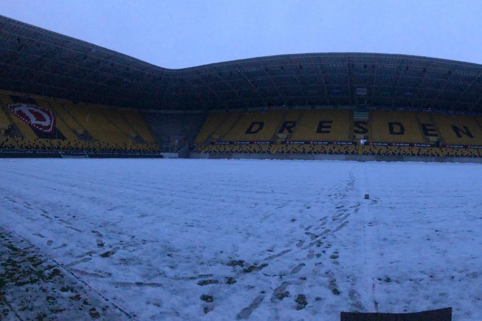 So sah der Rasen im Rudolf-Harbig-Stadion vor der Partie gegen Bayern München II. aus, die Begegnung wurde abgesagt. Das gleiche Schicksal droht nun auch dem Spiel gegen den SV Wehen Wiesbaden.