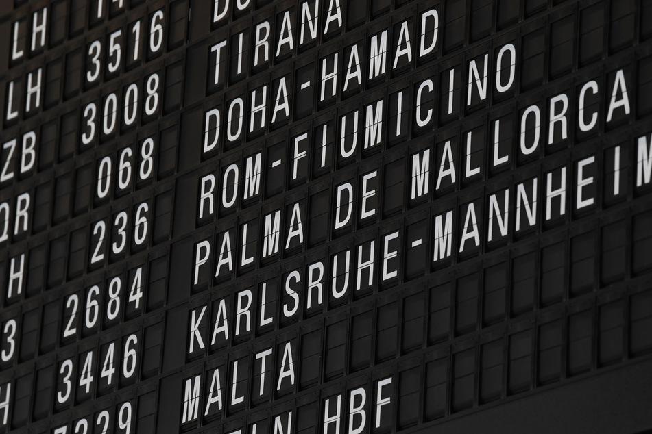 Die Anzeigetafel in der Abflughalle am Airport in Frankfurt.. Es wird wieder mehr geflogen an deutschen Flughäfen.