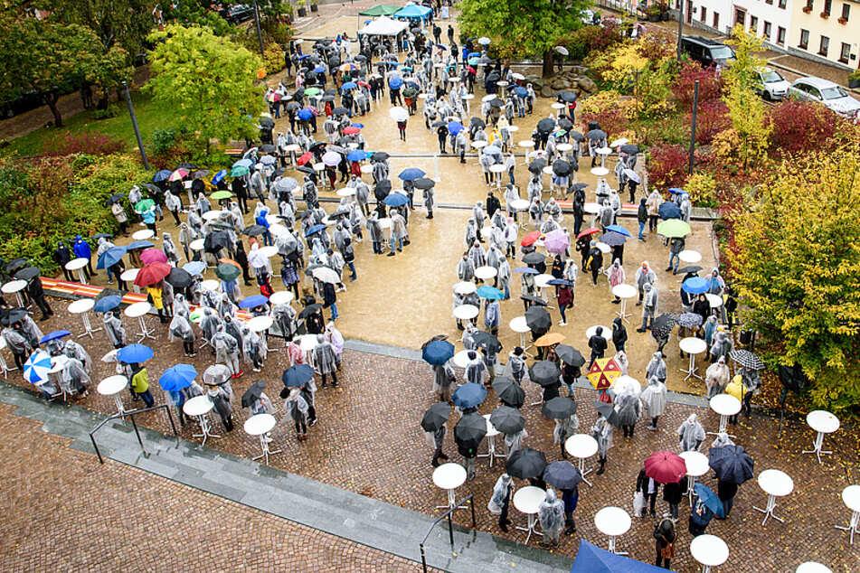 Etwa 500 Studenten waren gekommen, standen buchstäblich im Regen.