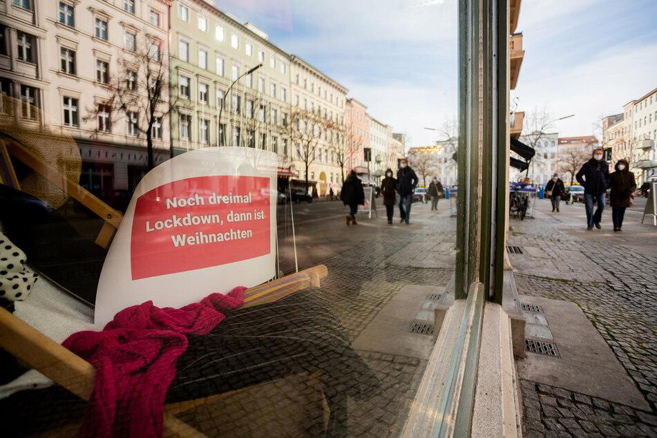 """""""Noch dreimal Lockdown, dann ist Weihnachten"""" steht im Schaufenster eines Modegeschäfts in Berlin-Kreuzberg auf einem Schild."""