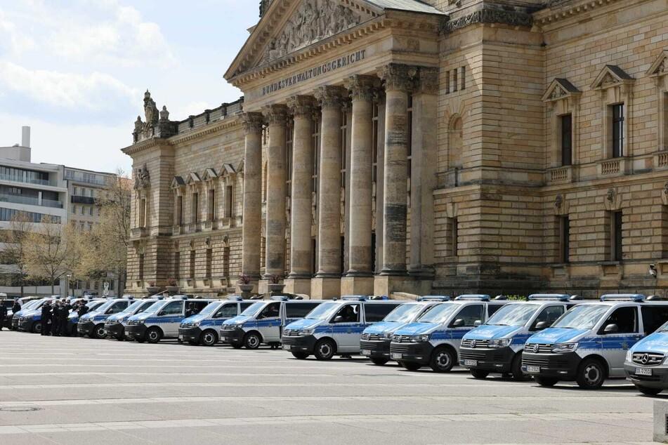 Vor dem Bundesverwaltungsgericht in Leipzig haben sich bereits zahlreiche Polizeiwagen positioniert, die die dort angemeldete Demo überwachen sollen.