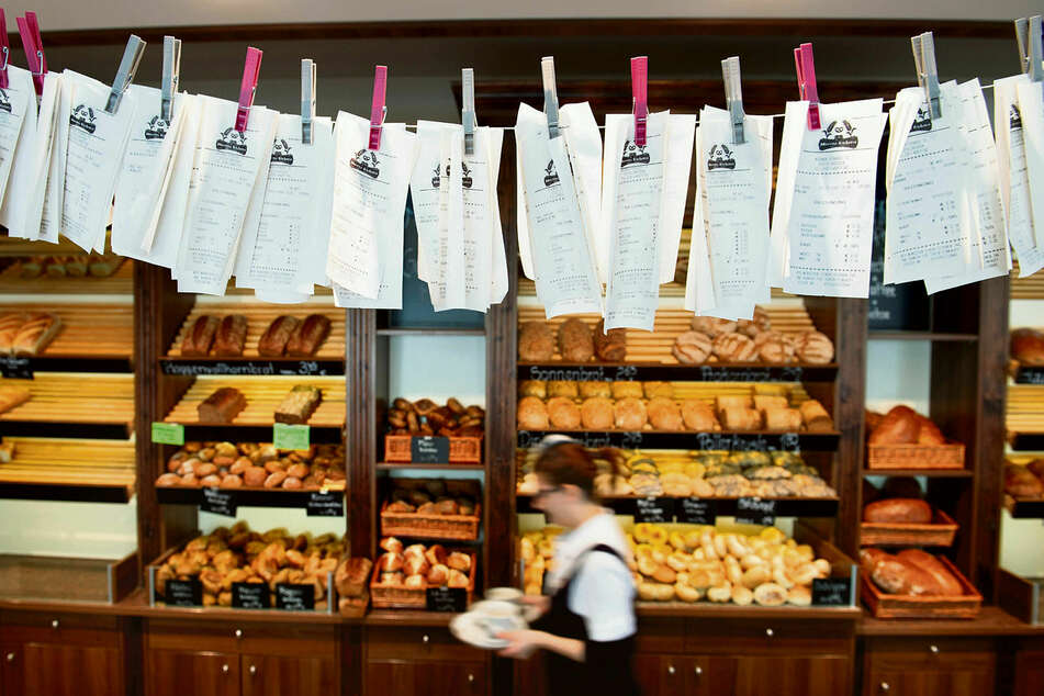 Zahlreiche Kassenzettel hängen in der Dresdner Bäckerei Morenz an einer Leine. Seit 1. Januar müssen Händler ihren Kunden bei jedem Kauf unaufgefordert einen Beleg aushändigen.