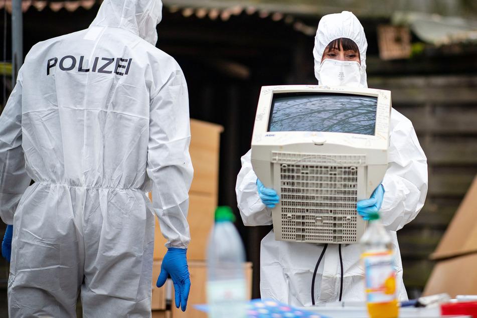 Polizeibeamte der Spurensicherung bei einer Razzia im Februar 2019 in Lüdge (NRW). Ermittler hatten dort Räumlichkeiten wegen des Verdachts auf Besitz von Kinderpornografie durchsucht. (Archivbild)