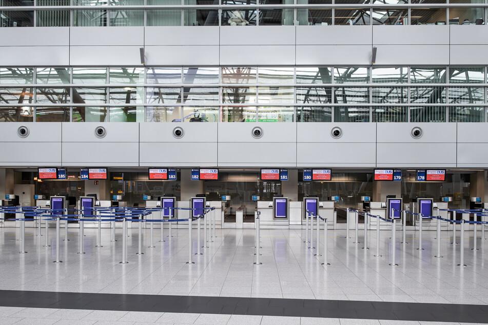 Menschenleer ist die Haupthalle mit den Check-In-Schaltern des Düsseldorfer Flughafens zu Beginn der Osterferien.