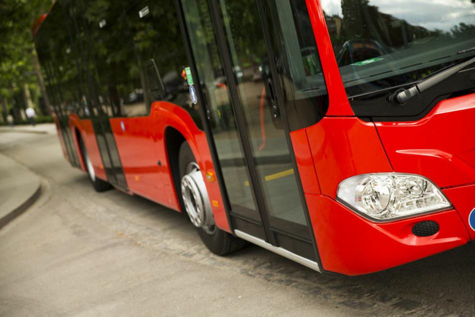 Bei Rot über die Straße gelaufen? Bus erfasst Elfjährigen!