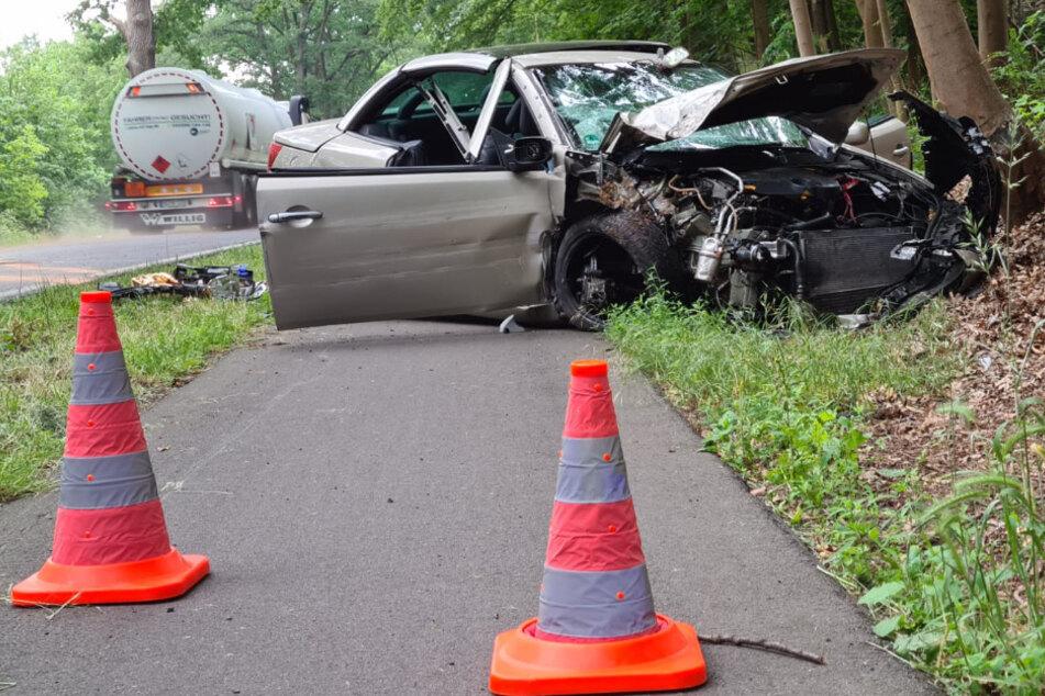 Rentnerin kracht mit Auto gegen Baum und wird schwer verletzt
