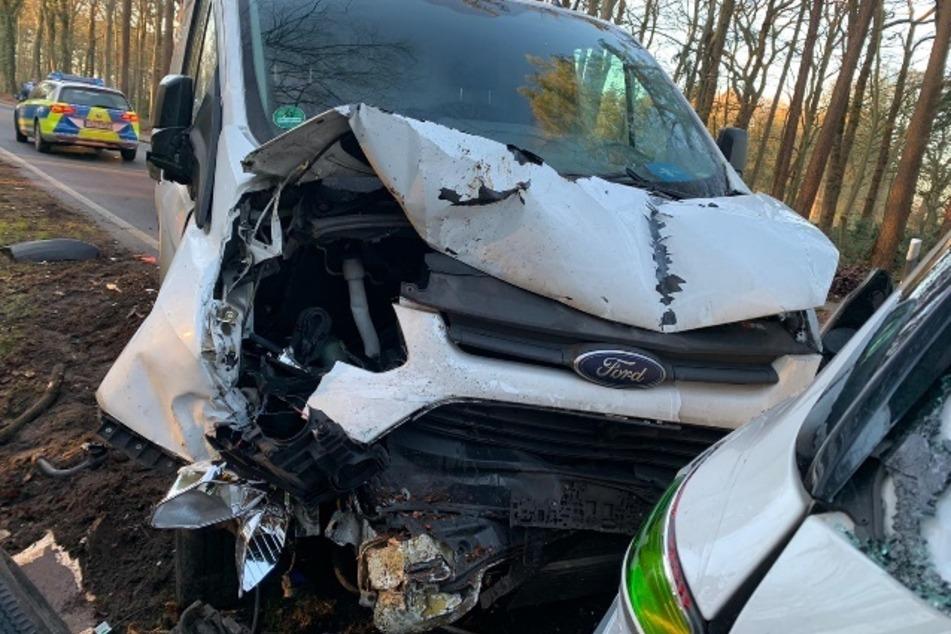 Der Transporter wurde bei dem Unfal stark beschädigt.