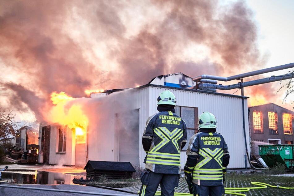 Mehr als hundert Feuerwehrleute waren im Einsatz, um die Hallen der ehemaligen Elbtalwerke in Heidenau zu löschen.