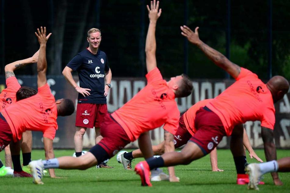 St. Paulis Trainer Timo Schultz beobachtet seine Spieler während einer Trainingsübung.