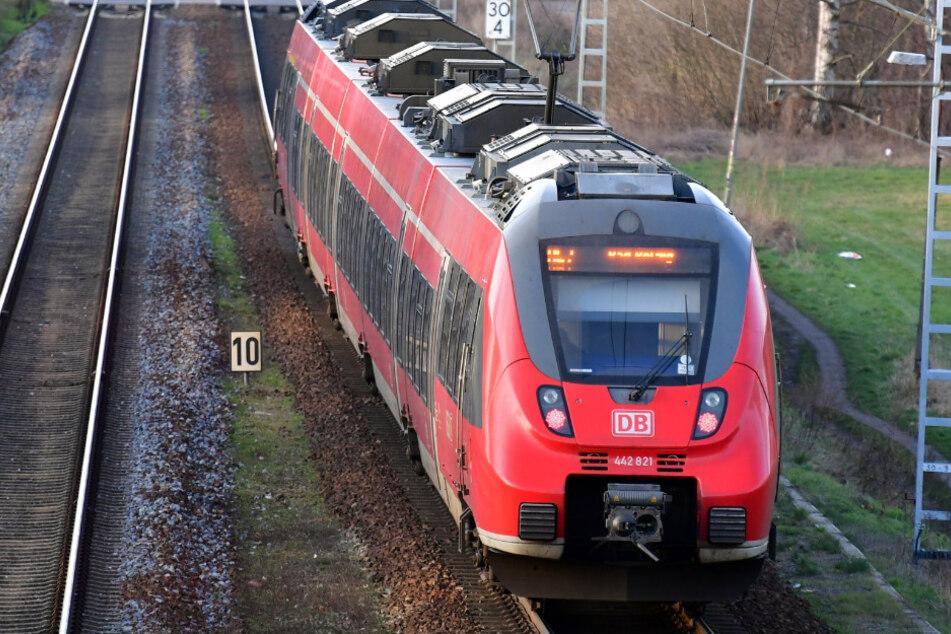 22-Jähriger hält sich in Gleisbett auf, wird von Zug erfasst und lebensgefährlich verletzt