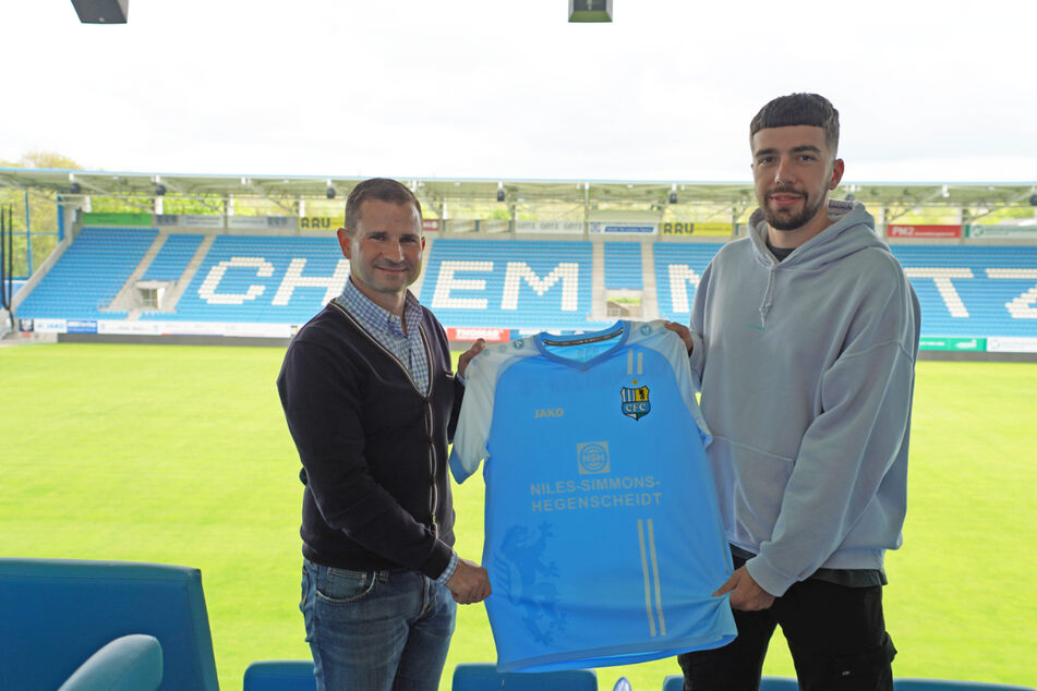 CFC-Geschäftsführer Sport Marc Arnold (50,li.) und Dominik Pelivan (25) nach der Vertragsunterschrift im Stadion – An der Gellertstraße