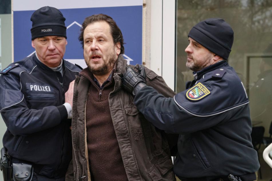 Der aufgebrachte Vater der Toten, Werner Mannfeld (Christian Kuchenbuch, 56), muss von der Polizei abgeführt werden.