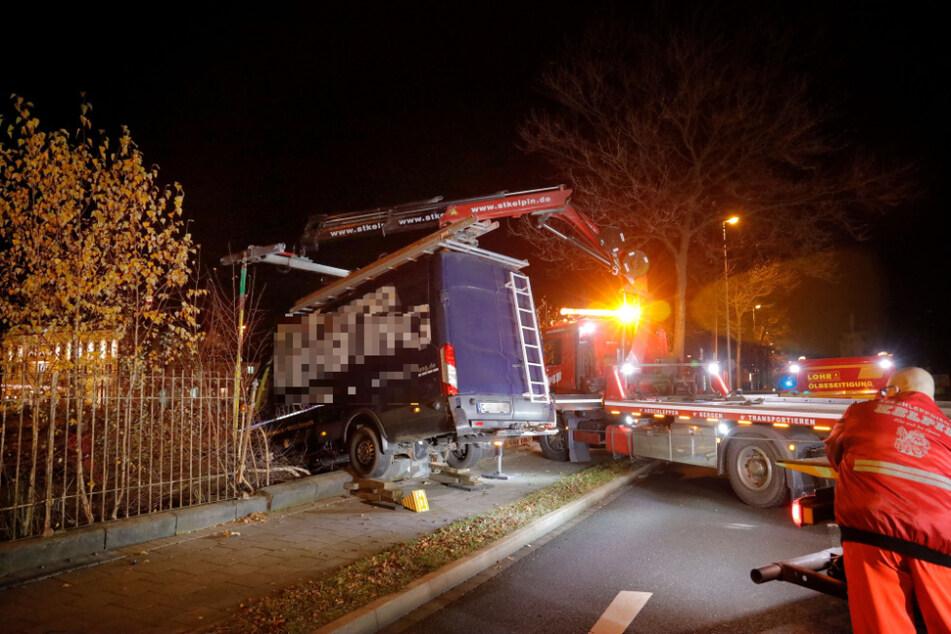 Der führerlose Transporter rollte quer über die Straße und blieb erst in einem Zaun stecken.