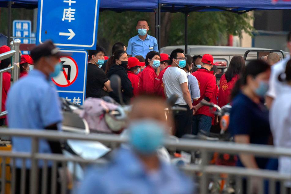 China, Peking: Polizisten sichern einen Fleischmarkt. (Archivbild)