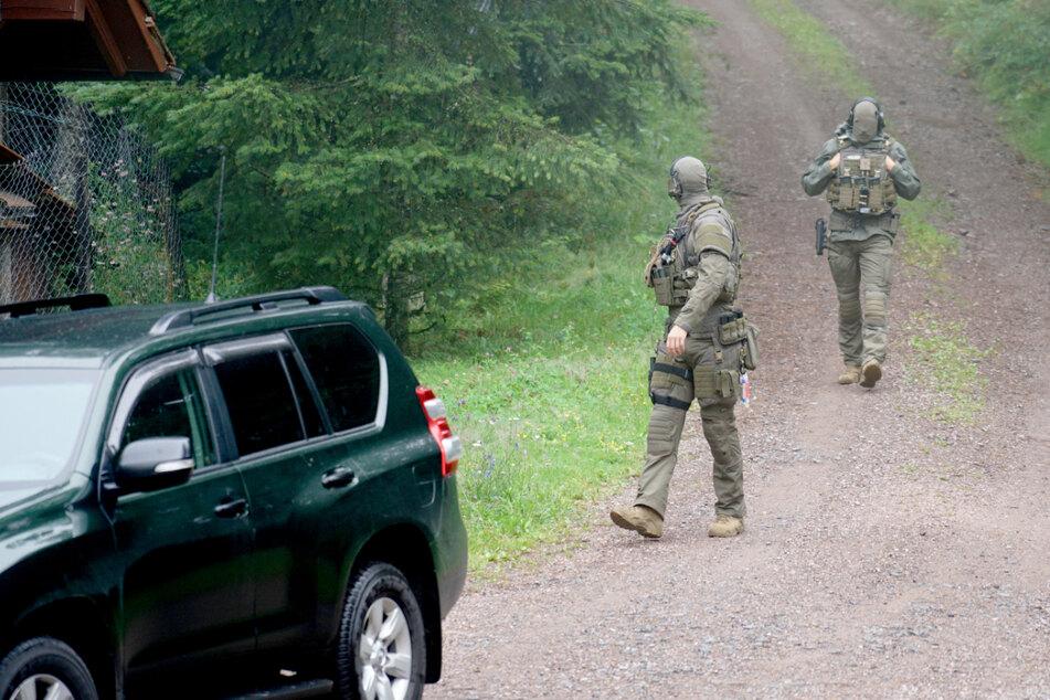 Polizisten am Freitag in einem Waldgebiet bei Oppenau.