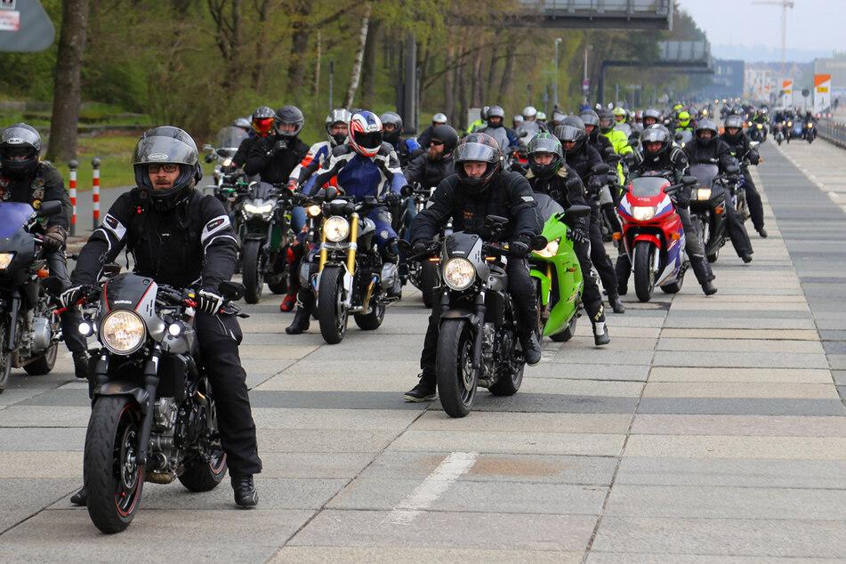 """Tausende Motorradfahrer demonstrierten gegen die """"Aushebelung der Grundrechte und der Freiheiten""""."""