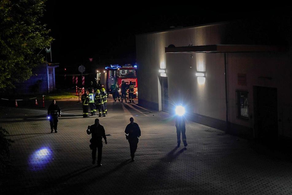 Mit Taschenlampen such Polizeibeamte das Areal um das Impfzentrum in Eich nach Spuren ab.