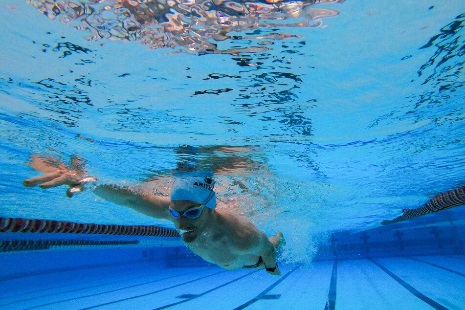 Ein Schwimmer trainiert in einem öffentlichen Schwimmbad.