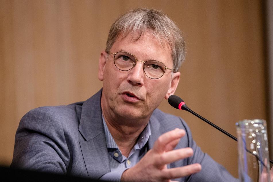 Virologe Hans-Georg Kräusslich rät, mit Angeboten verstärkt in soziale Brennpunkte zu gehen.