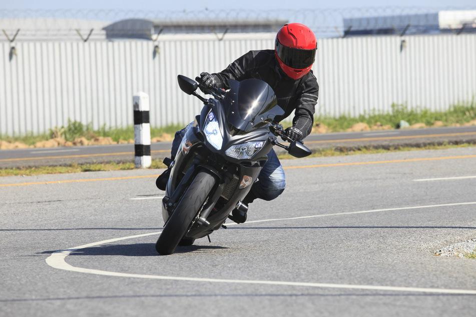 Zum Start der warmen Jahreszeit sind wieder vermehrt Motorradfahrer auf den Straßen unterwegs. (Symbolbild)