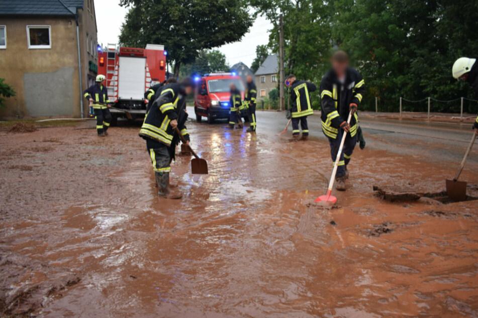 Die Feuerwehr im Einsatz in Oberlungwitz.