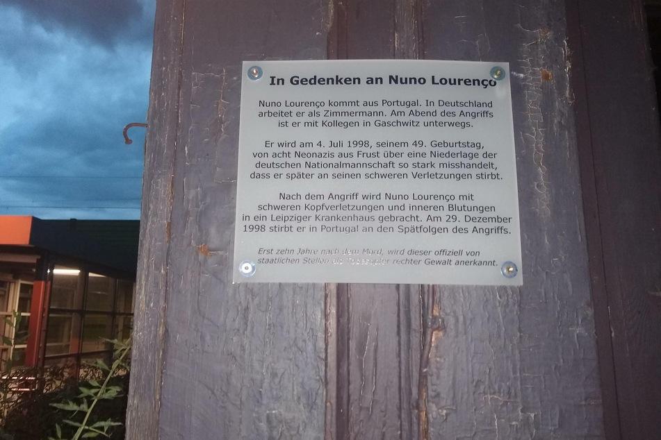 Unbekannte brachten eine Gedenktafel am Bahnhof in Gaschwitz an.