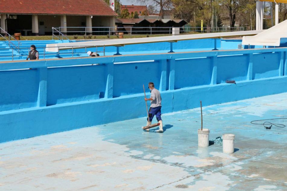Vorbereitung für den ungewissen Saisonstart: Viele Ehrenamtliche werkeln im 04-Bad.