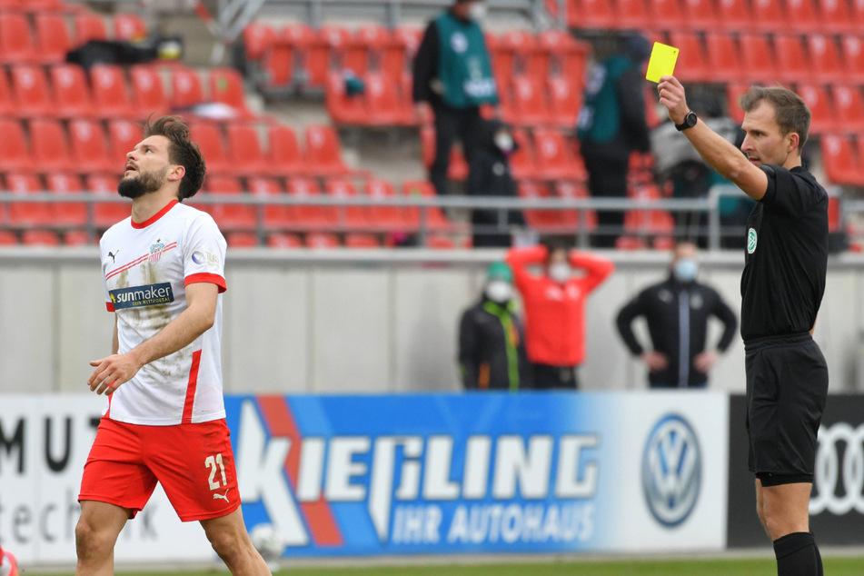Marco Schikora (l.) konnte es nicht fassen, als ihm Schiri Florian Heft in der Nachspielzeit die Gelbe Karte zeigte.