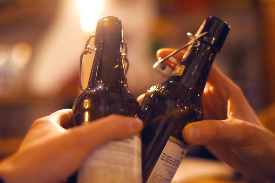 Künftig darf auch wieder in Bars in Bayern angestoßen werden. (Symbolbild)