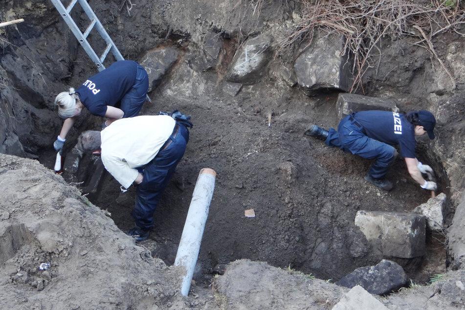 Beamte graben auf dem Grundstück eines früheren Friedhofgärtners nach Beweisstücken. (Archivbild)