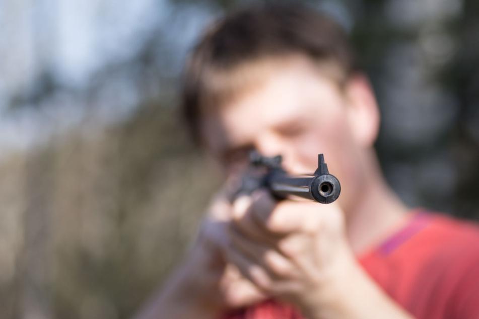 Kölnerin steht auf ihrem Balkon, dann spürt sie einen plötzlichen Schmerz im Rücken