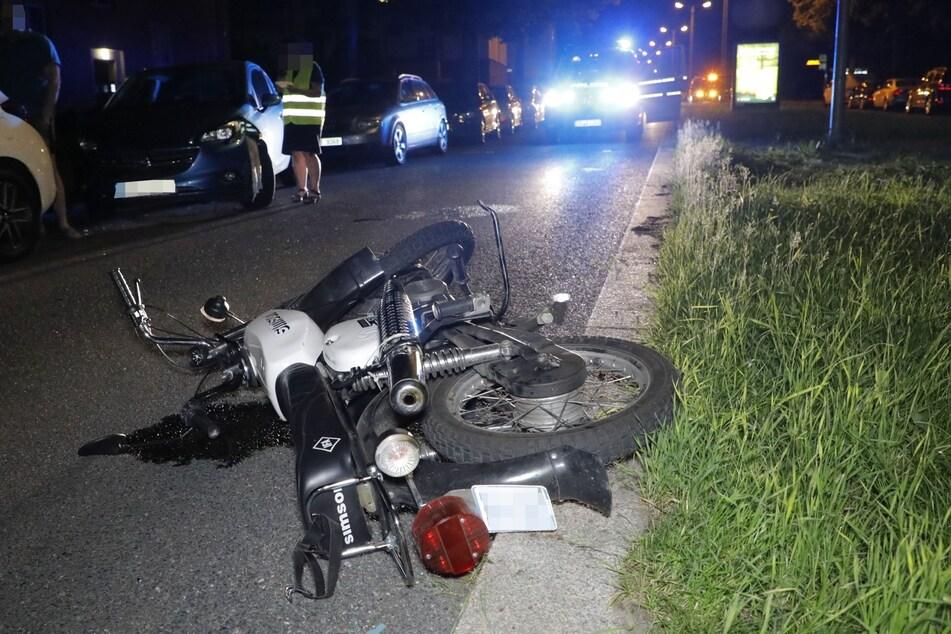 Das Moped wurde am Dienstagabend von einem Opel erfasst. Die Fahrerin kam verletzt ins Krankenhaus.
