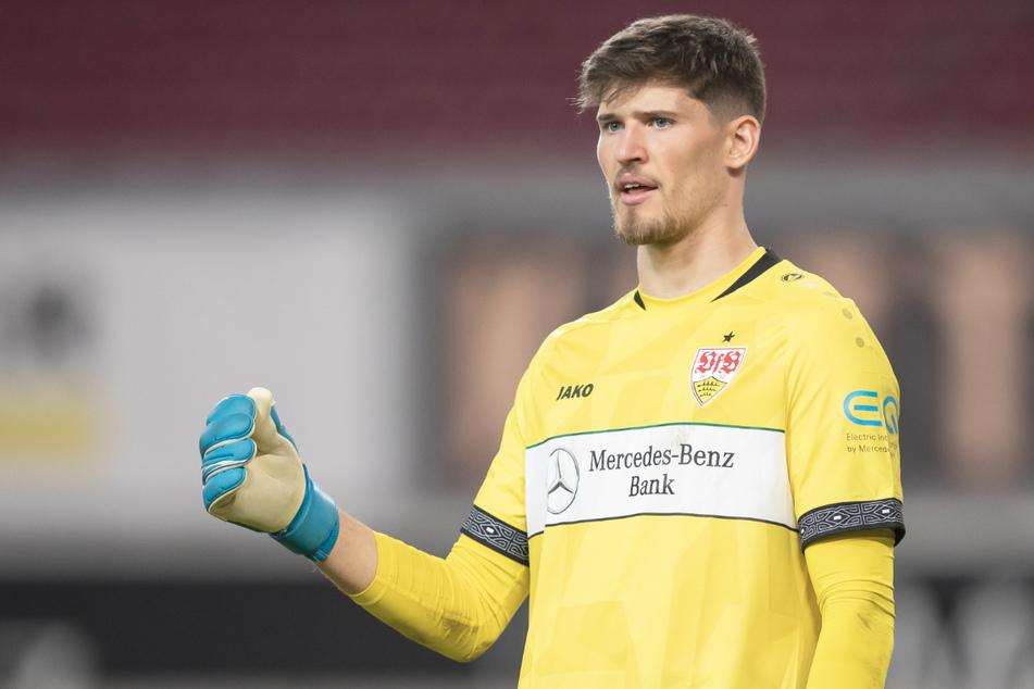 Stuttgarts Torwart Gregor Kobel gestikuliert. Ob er beim Spiel antreten kann, ist noch unklar.