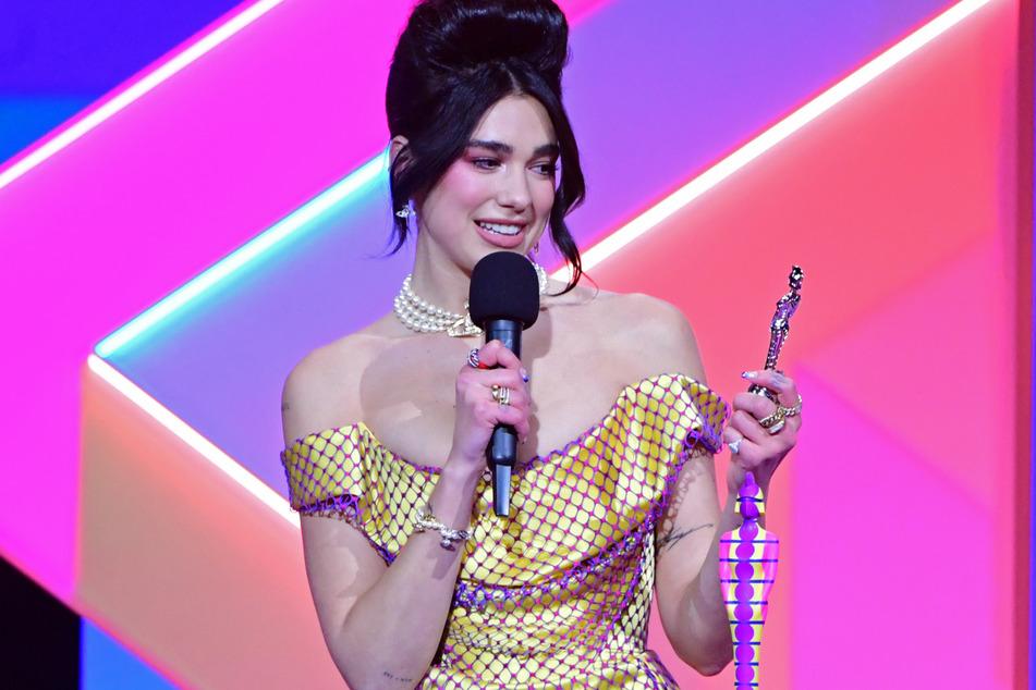 Dua Lipa nahm den Preis für die beste Solokünstlerin während der Brit Awards 2021 in der O2 Arena entgegen.