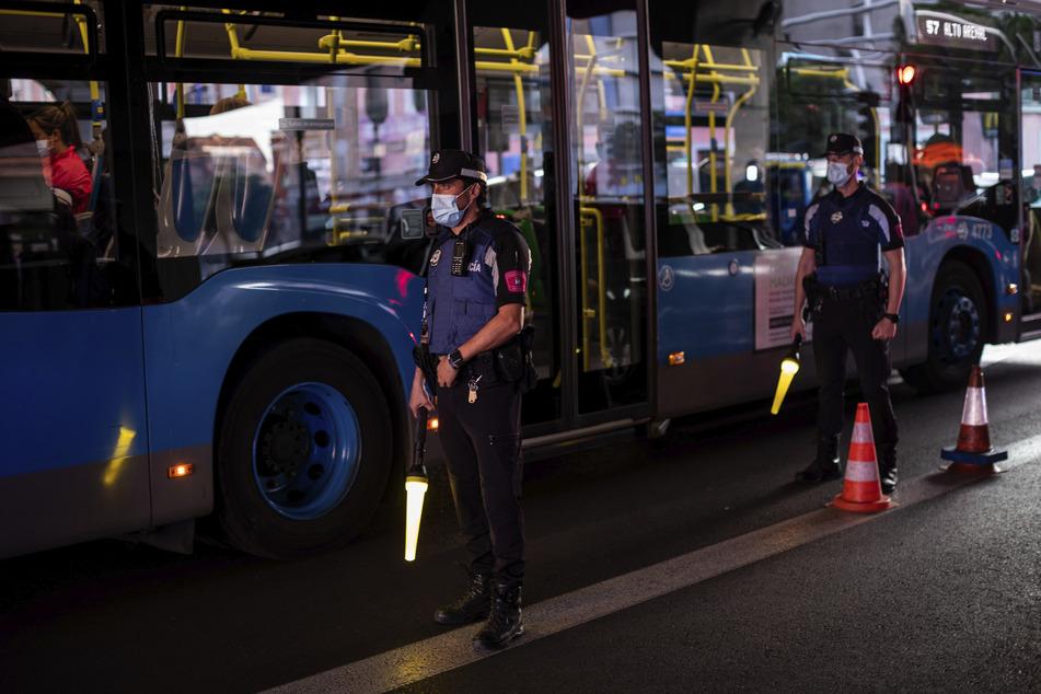 Die Polizei stoppt Fahrzeuge an einem Kontrollpunkt.