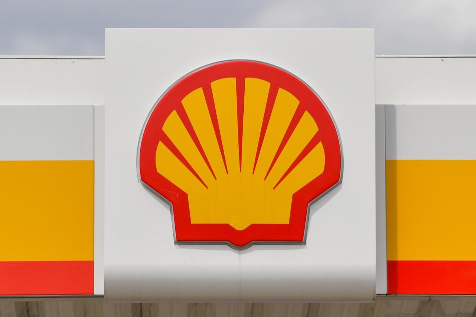Das Logo der Shell Oil Company an einer Tankstelle.