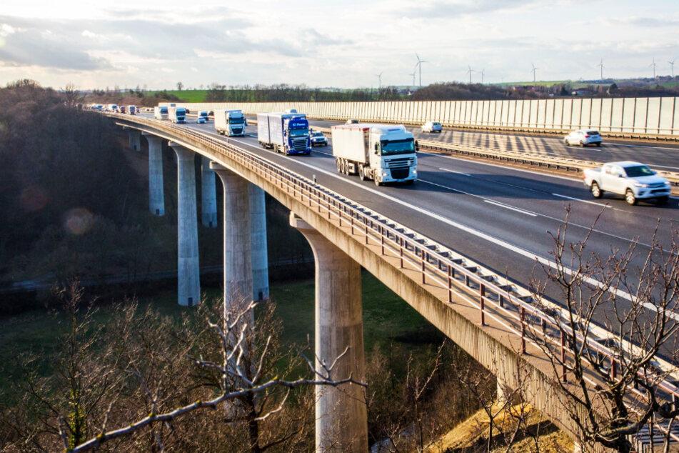 Auf der Triebischbrücke wird es zwischen April und Oktober eng.