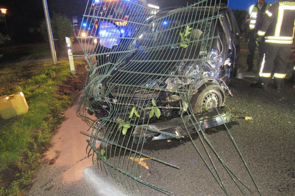 Der Opel Zafira fuhr in einen Metallzaun und gegen eine Betonmauer.