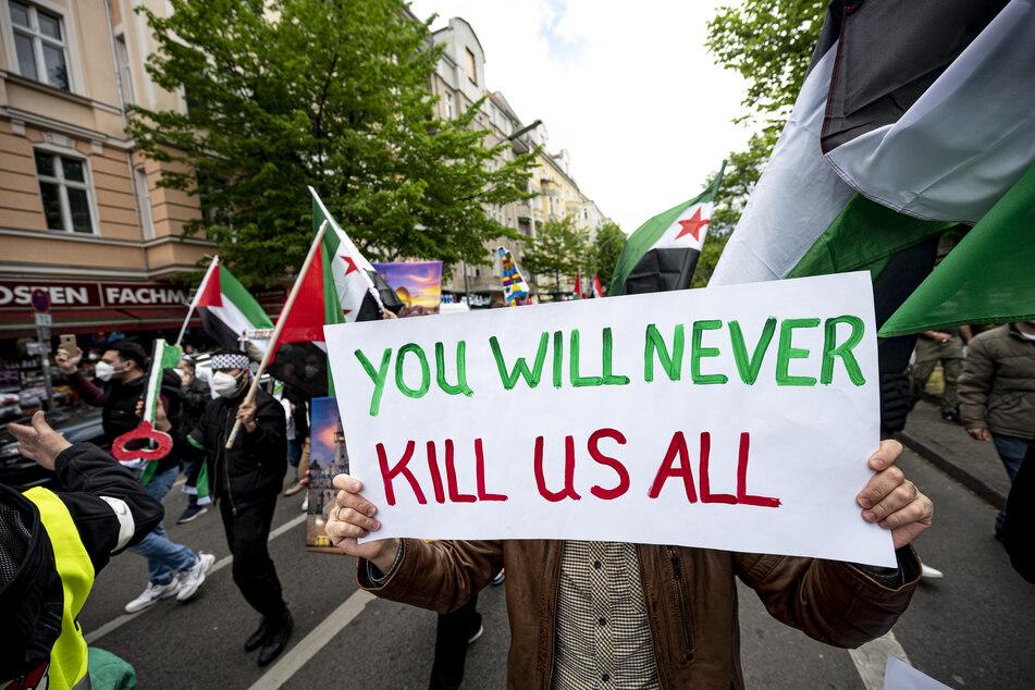 Rund 120 Menschen demonstrieren in Berlin vor dem Hintergrund der Gewalteskalation im Nahostkonflikt.