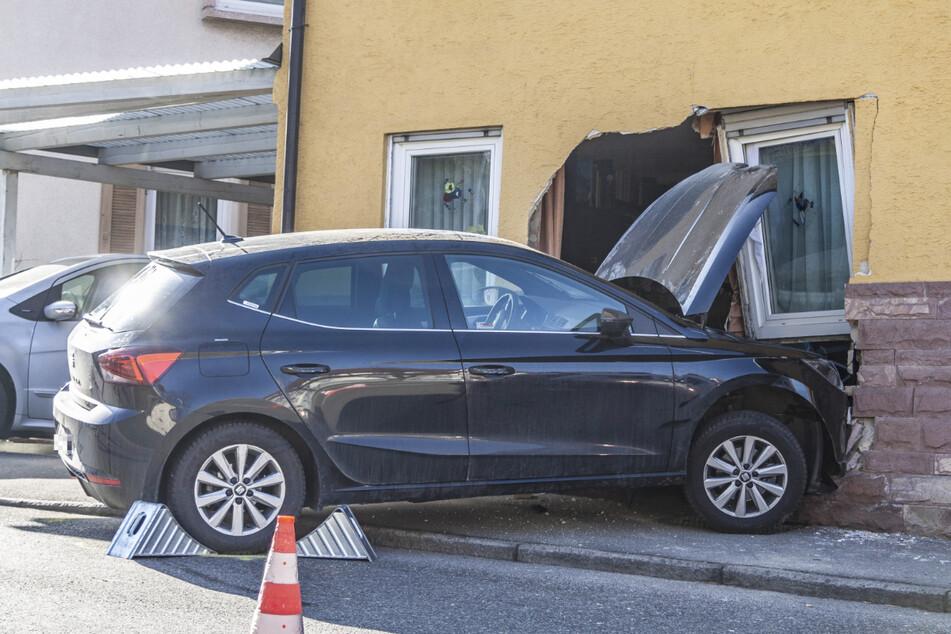 Kurioser Unfall: Auto fährt direkt ins Wohnzimmer
