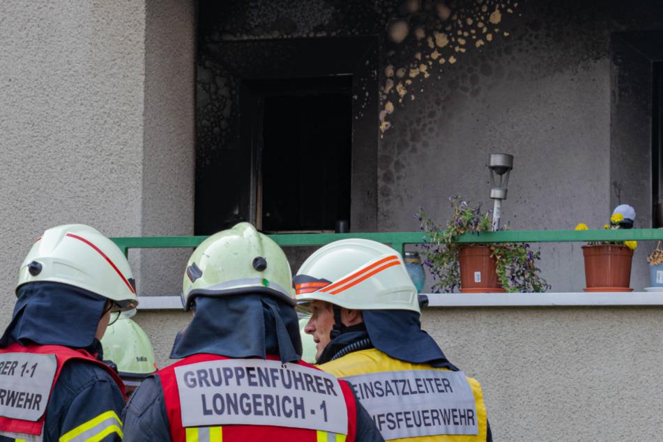 Die Feuerwehr rettete mehrere Personen aus dem Gebäude.