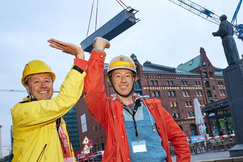 Frederik (links) und Gerrit Braun freuen sich über die neue Brücke für das Miniatur Wunderland.